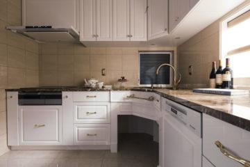 ホワイト鏡面のL型キッチンにリフォームするの画像