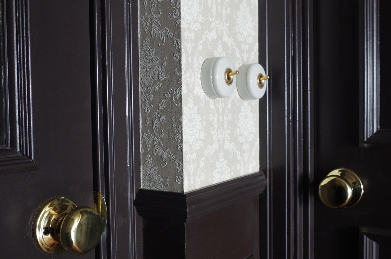 黒いドアに金色のノブハンドル