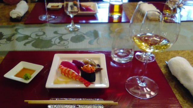 大理石テーブルでの食事