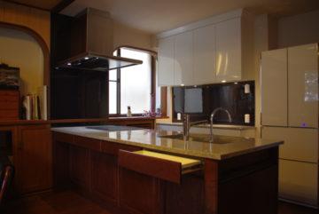 アンティーク家具風なオーダーキッチンならワイズキッチンへの画像