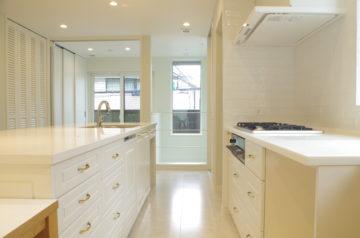 ホワイトとゴールドのキッチンの画像