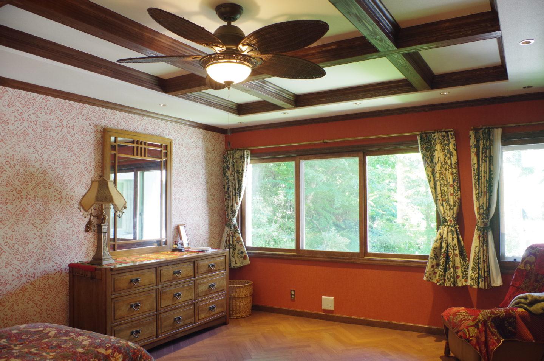 ヘリンボーンの床と格子組の天井にリフォーム