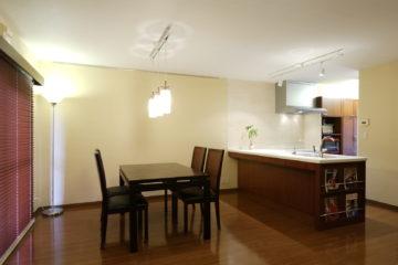 L型キッチンと家電収納とカップボードのオーダーメイドの画像