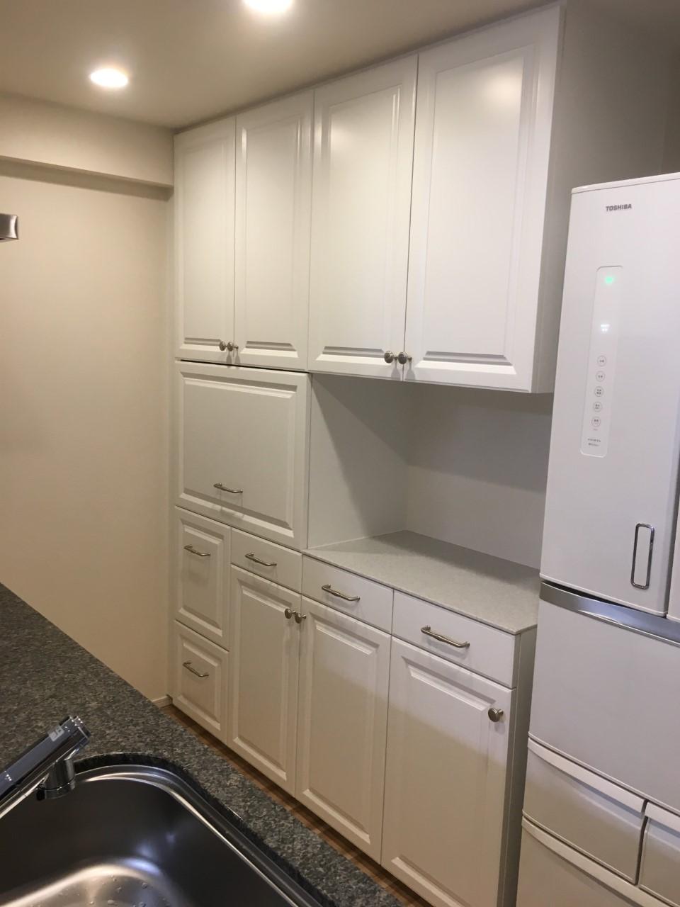 マンションの造作カップボードとキッチンの扉交換で簡単リフォーム
