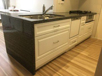 カップボードのオーダーとキッチンの扉交換のリフォームの画像