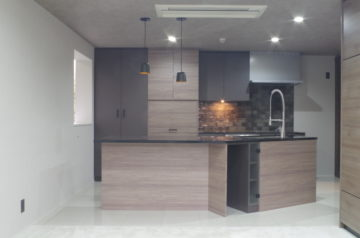 大人の雰囲気の変形二列型のオーダーキッチンの画像