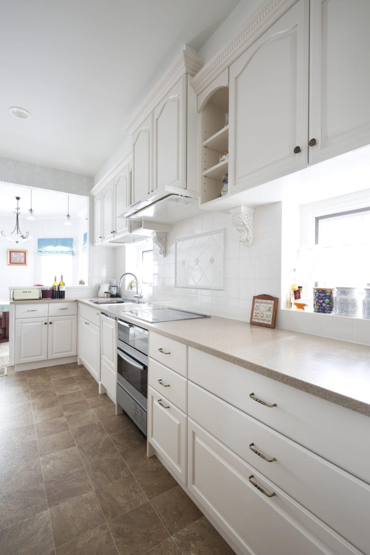 白い輸入っぽいキッチンにリフォーム