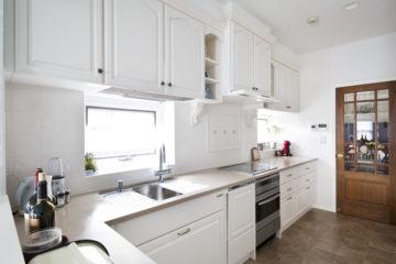 白いL型キッチンにリフォームするの画像