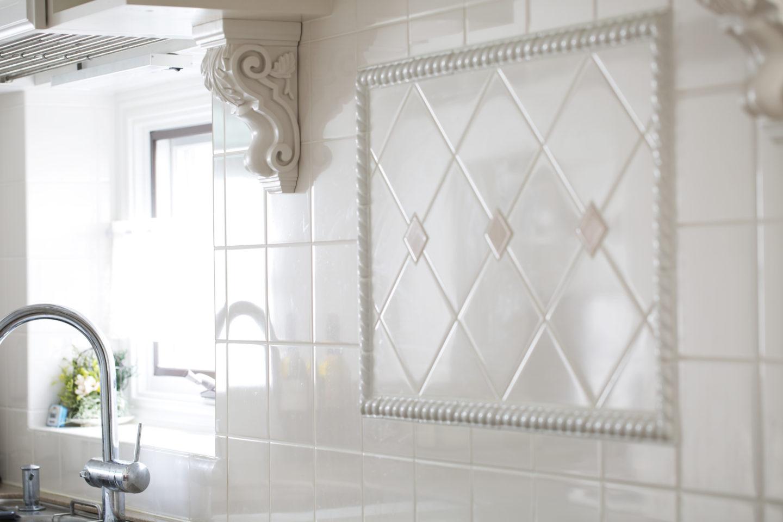 キッチン壁面はデザインされたタイル