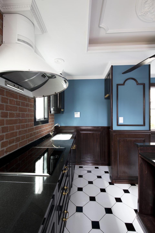 カラーシンクとゴールドの水栓金具とデザインフードとミーレのIHクッキングヒーター