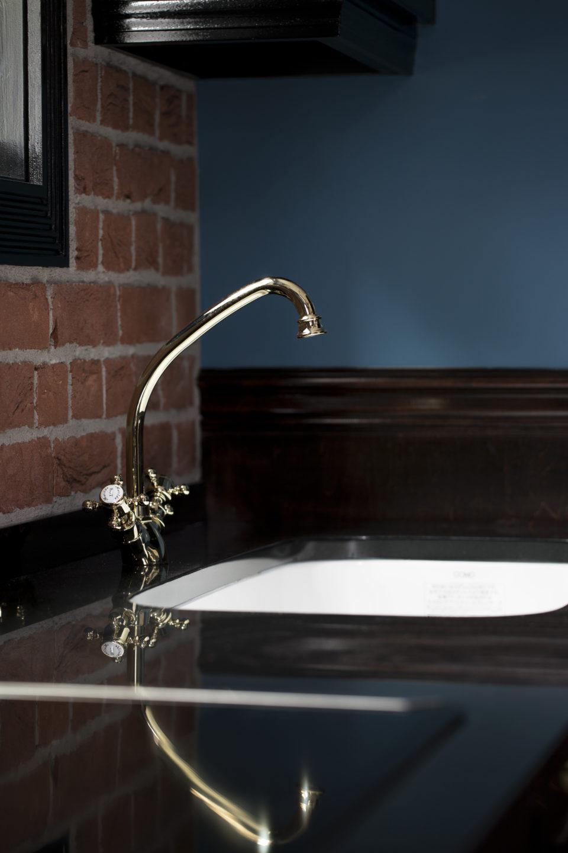 ゴールドの水栓金具と、カラーシンク