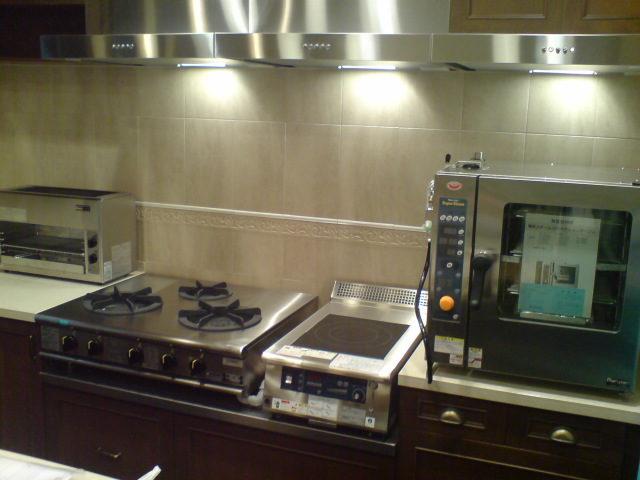 業務用料理機器を並べたオーダーキッチン