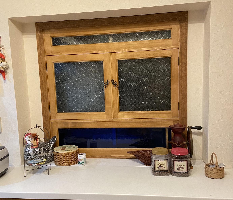 パイン無垢材の小窓がかわいい
