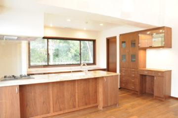 たっぷり収納と木の家に合わせた快適キッチン | オーダーキッチン ワイズキッチンファクトリーの画像