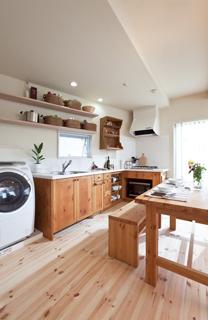 壁の形状に合わせた変形キッチン | オーダーキッチン ワイズキッチンファクトリーの画像
