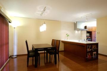 幅広のL字カウンターで広々キッチン | オーダーキッチン ワイズキッチンファクトリーの画像