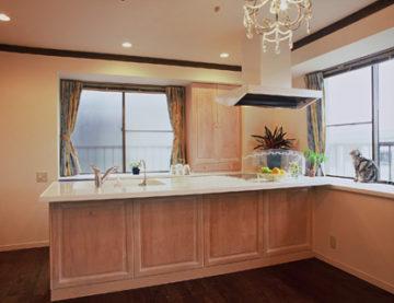 家族がくつろげるリビング一体型キッチン | オーダーキッチン ワイズキッチンファクトリーの画像