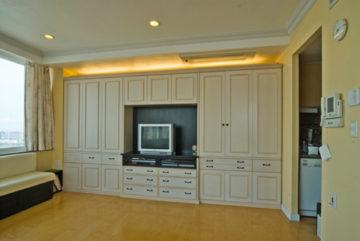 デザイン性の高い壁一面の収納 | オーダーキッチン ワイズキッチンファクトリーの画像